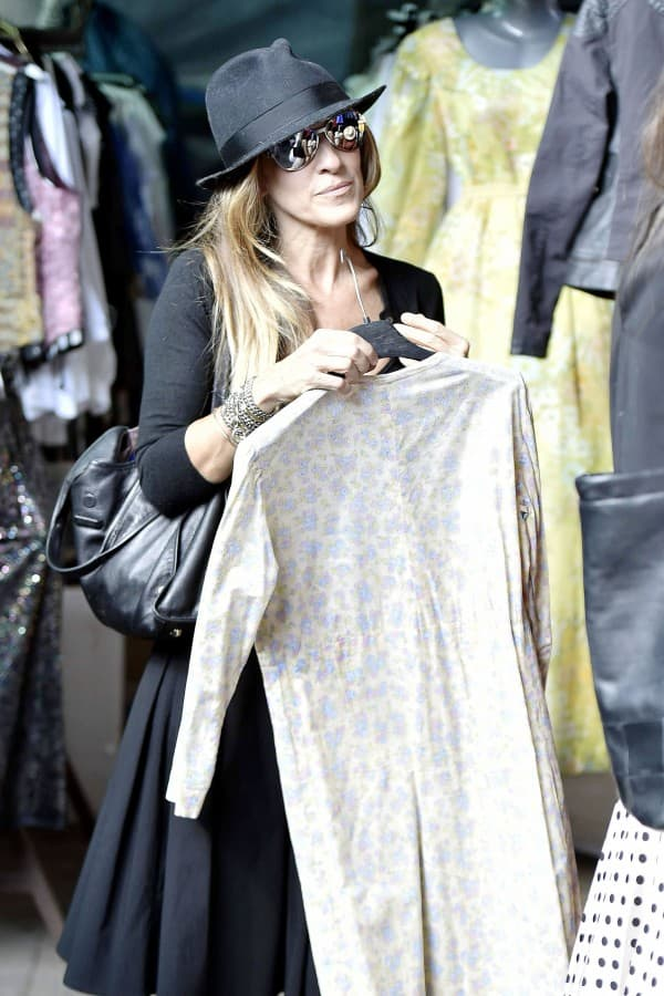 Sarah Jessica Parker gets in a little shopping on her visit to Rome **USA ONLY**