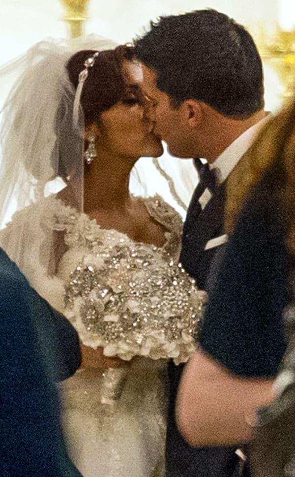 Prvi zvanični bračni poljubac ( foto: E Online )