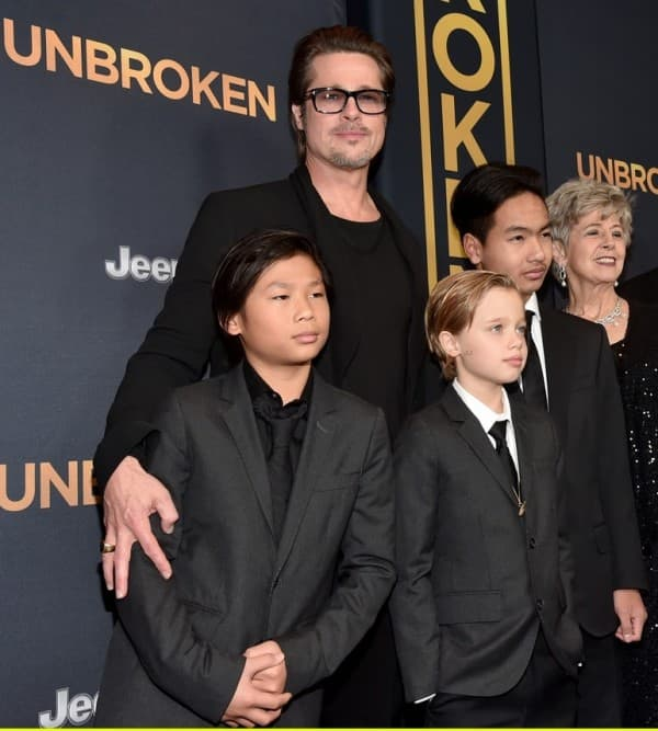 Brad Pitt sa starijom decom na premijeri filma ( foto: Just Jared )
