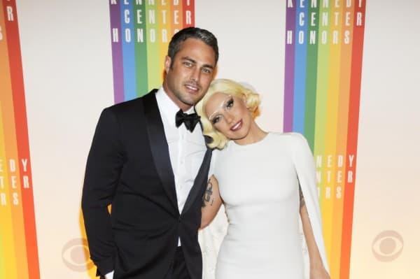 Lady Gaga sa dečkom Taylor Kinneyjem ( foto: Celebuzz )