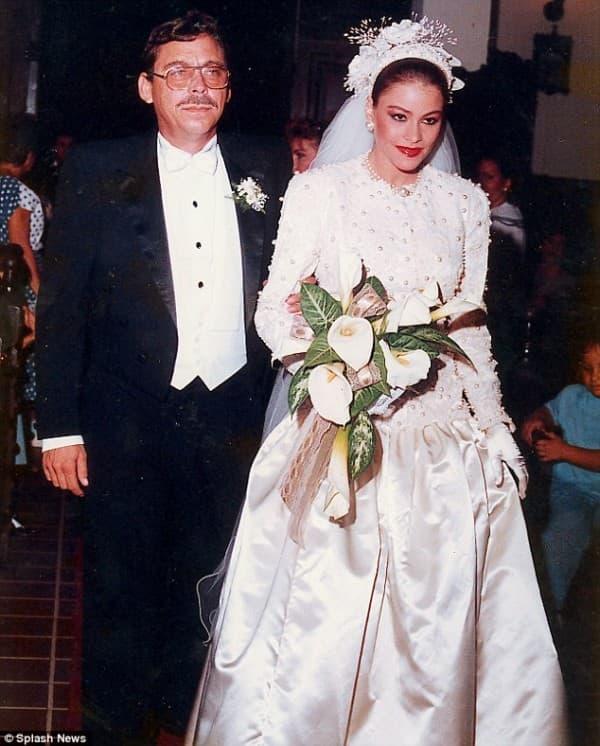 Otac vodi 18-godišnju Sofiju do oltara ( foto: Daily Mail )