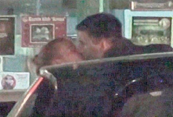 Prvi poljubac u javnosti (foto: printscreen)