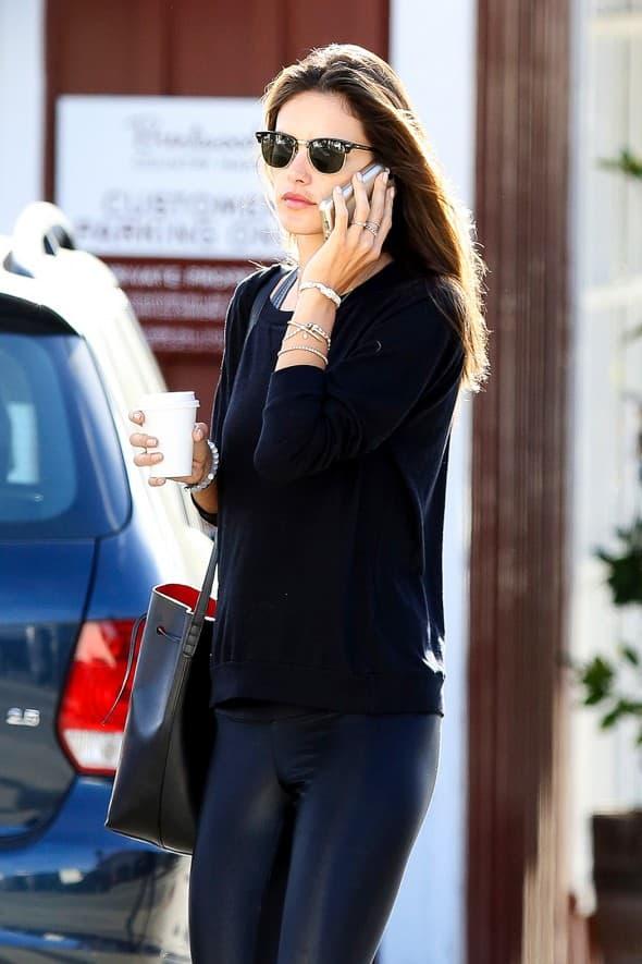 Lepotica Alessandra Ambrosio izgleda savršeno u crnoj kombinaciji: uskim helankama i dugačkom duksu. Uslikana je dok je razgovarala telefonom, sa kafom u ruci.