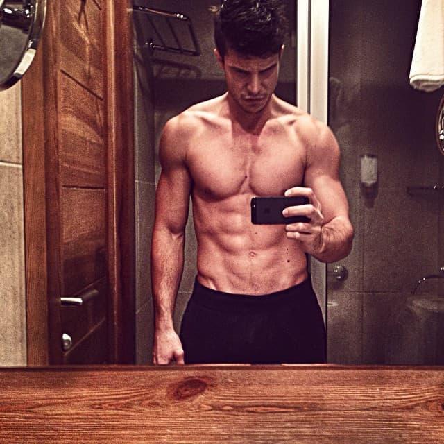 Nikola je ponosno pokazao svoje trbušnjake (foto: Instagram)