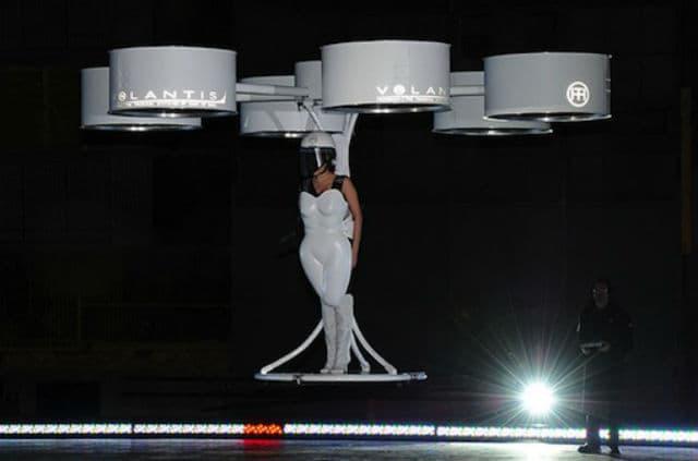 Prva haljina koja je poletela na svetu (foto: Terry Richardson)