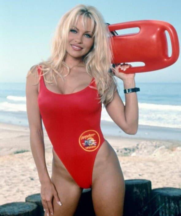 Pamela u seriji Čuvari plaže (foto: Metro)