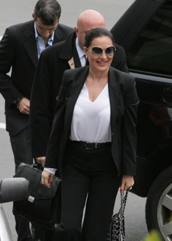 Za nešto toplije dane crni kostim i bela košulja neopogrešiv su izbor! (foto: Blic)