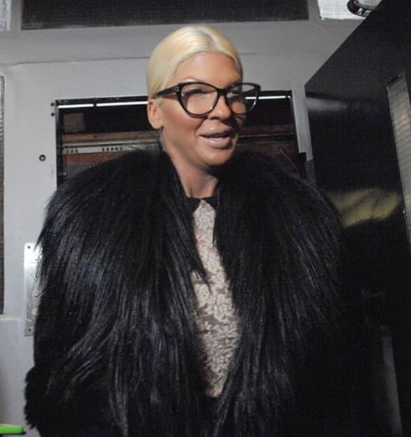 Jelena u ekstravagantnoj bundi i velikim naočarama za vid (foto: Novosti)