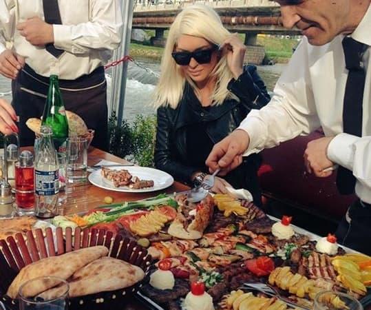 Jelena je u sunčanom Sarajevu uživala u tradicionalnim specijalitetima (foto: facebook)