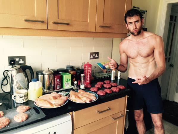 @Mattdavelewis is proud of his meat, napisao je glumčev prijatelj ispod slike (foto: Twitter)