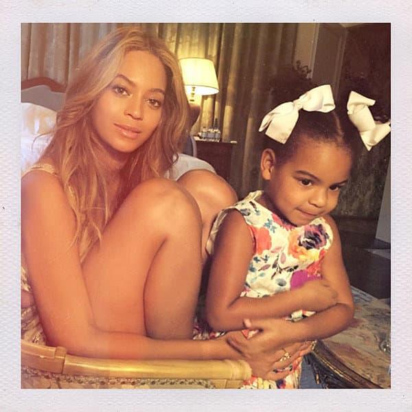 Majka i ćerka poziraju u hotelskoj sobi (foto: Beyonce.com)