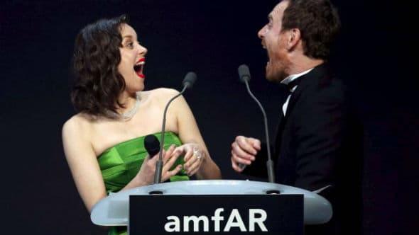 Marion Cotillard i Michael Fassbender za govornicom (foto: Reuters)