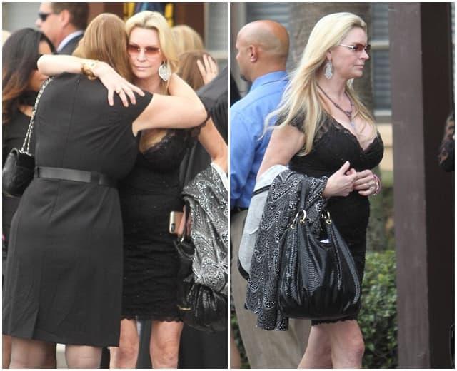 Majka prima izjave saučešća na sahrani (foto: Splash)