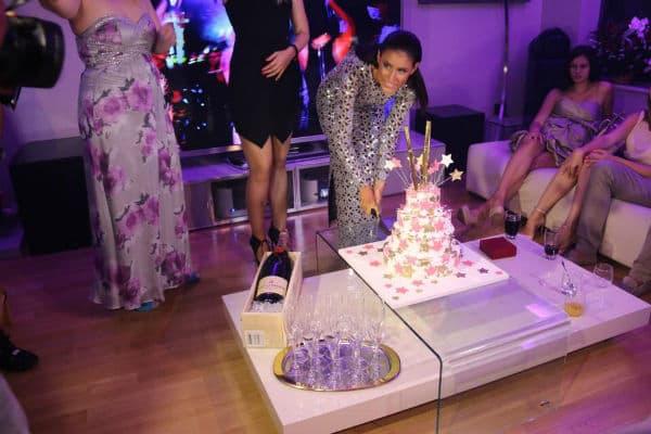 Didi seče slavljeničku tortu! (foto: Facebook)