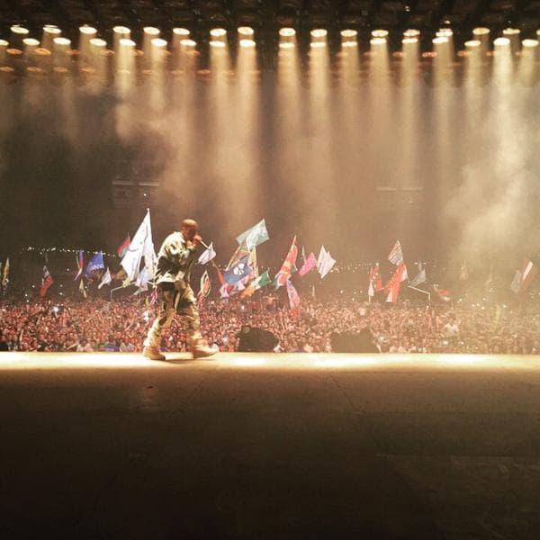Kim je pomno pratila Kanyeov nastup, ali da li je primetila poznatu scenu (foto: Twitter)