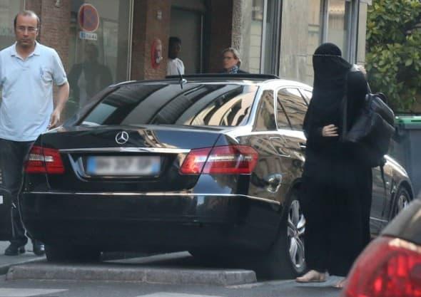 Iako je nosila burku, manekenku je odao šofer (foto: Vantagenews.co.uk)