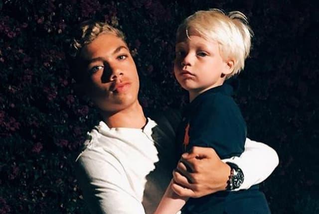 Objavio fotografiju na kojoj se njegovi sinovi ljube u usta (foto: Instagram)