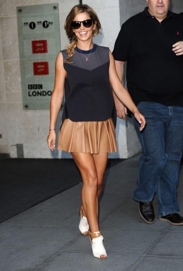Britanska zvezda izgleda totalno cool u ovoj svilenoj mini suknji, a kompletan utisak je fantastičan uz crnu majicu bez rukava, naočare i zanimljive cipele (foto: WENN)