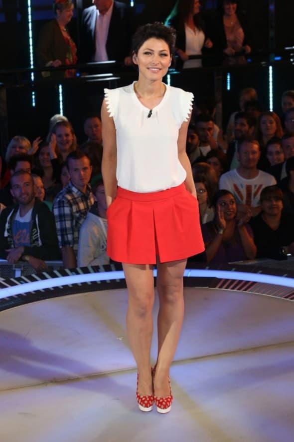 Britanska voditeljka je crvenu mini suknju sjajno uklopila sa belom majicom i cipelama sa belim tufnama (foto: WENN)