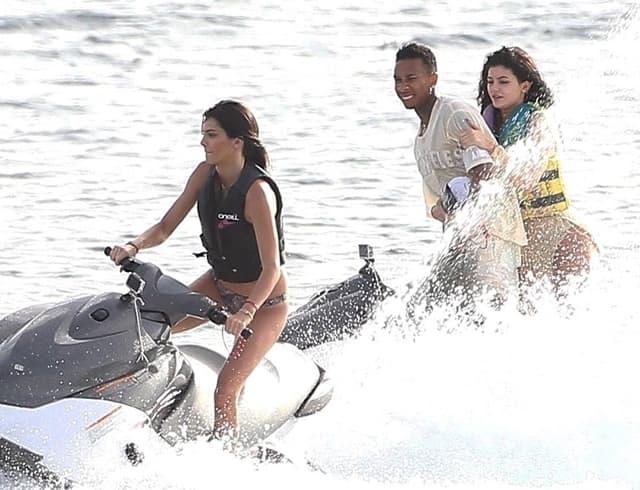 Kendall, Kylie i Tyga u vožnji skuterima
