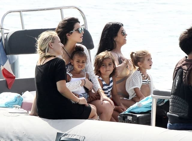 Sestre sa decom uživaju na brodu na luksuznom ostrvu