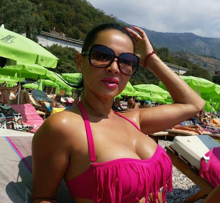 Tima je mamila uzdahe na plaži u Budvi svojim ljubičastim bikinijem (foto: Facevbook)