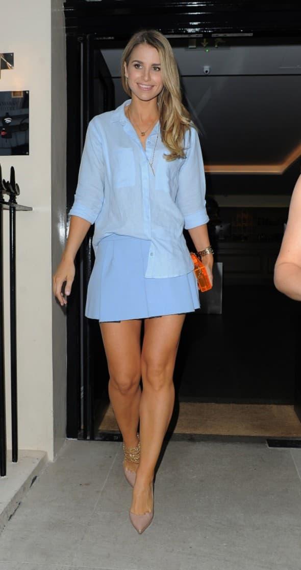 Manekenka se odlučila za plavu modnu kombinaciju, pa je plavu košulju uklopila sa plavom mini suknjom. Preslatko (foto: WENN)