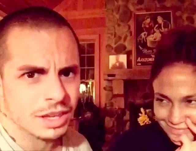 Par se zabavlja glumeći scenu iz hit komedije koja se lako može preneti i na njih - kugurka i mlađi muškarac (foto: Instagram)