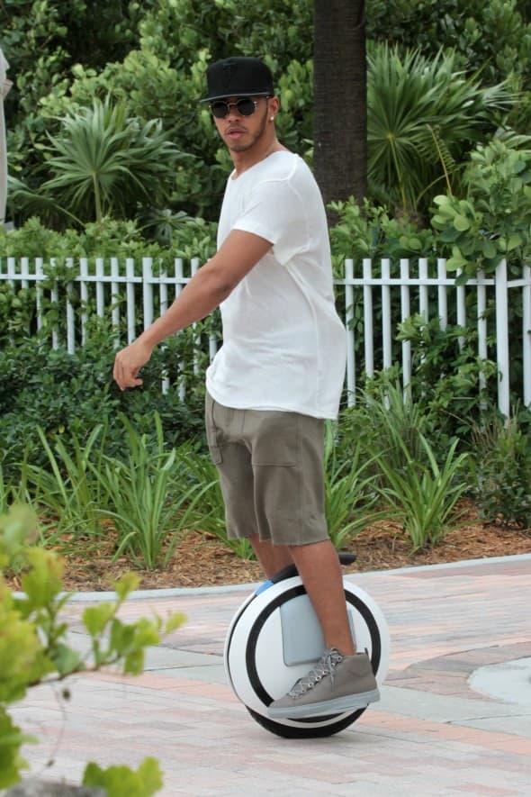 Lewisu Hamiltonu je izgleda dosadila brza vožnja (foto: WENN)