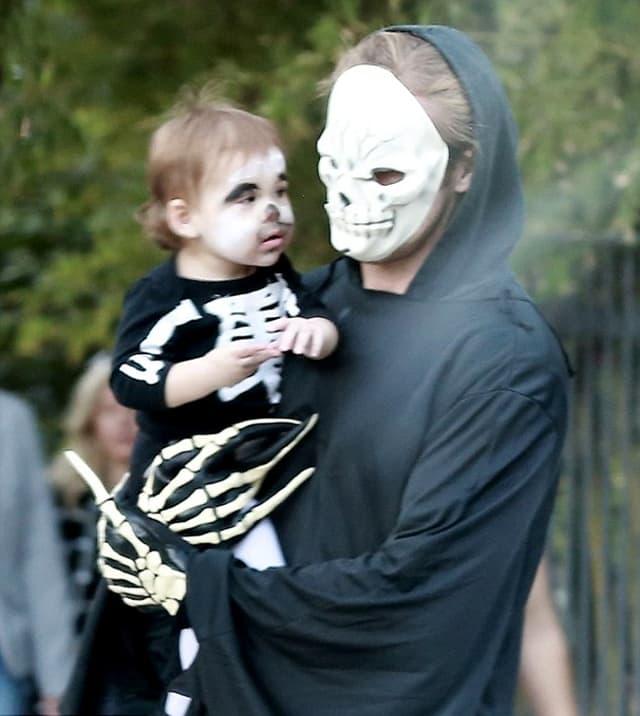 Ryan nosi Esmeraldu u naručju dok proslavlja svoju prvu Noć veštica (foto: AKM-GSI)