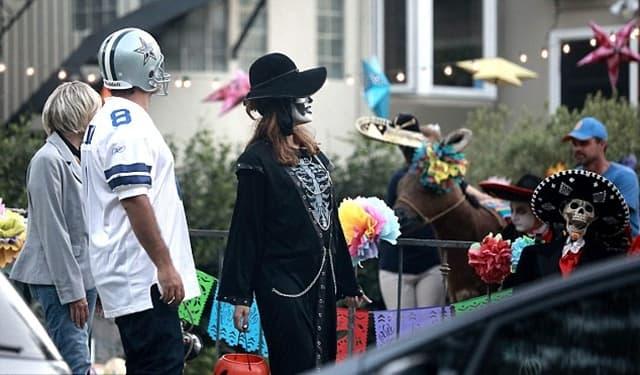 Poput normalnog para su ćaskali sa komšijama dok su obeležavali ovaj veseli praznik (foto: AKM-GSI)