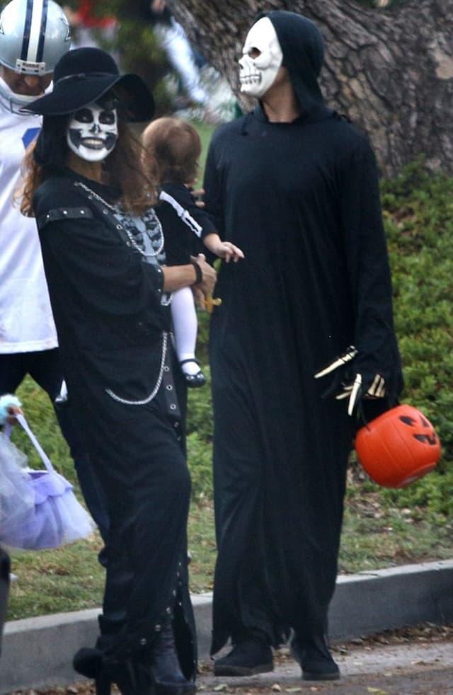 Ryan i Eva su za NOć veštica sa jednogodišnjom ćerkicom izabrali kostime kostura (foto: AKM-GSI)