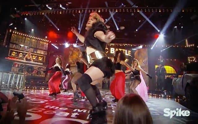 Pogodi ko? Glumac u punom kostimu pleše uz žensku himnu (foto: Screenshot)