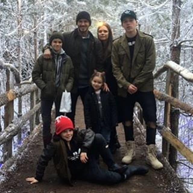 Šestočlana porodica Beckham na mostu (foto: Facebook)