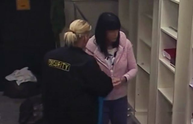 Obezbeđenje odvodi Jelenu iz vile (foto: Screenshot)
