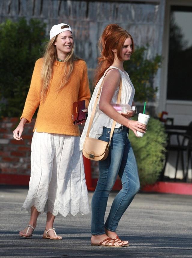 Lana sa prijateljicom u šetnji (foto: FameFlyNet)