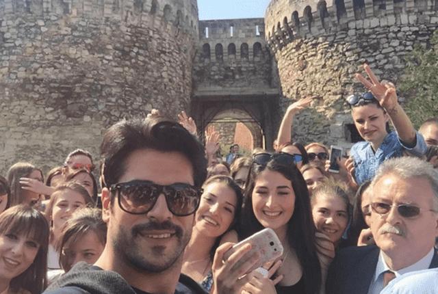 Burak na Kalemegdanu napravio selfie sa obožavateljkama ( foto: instagram )