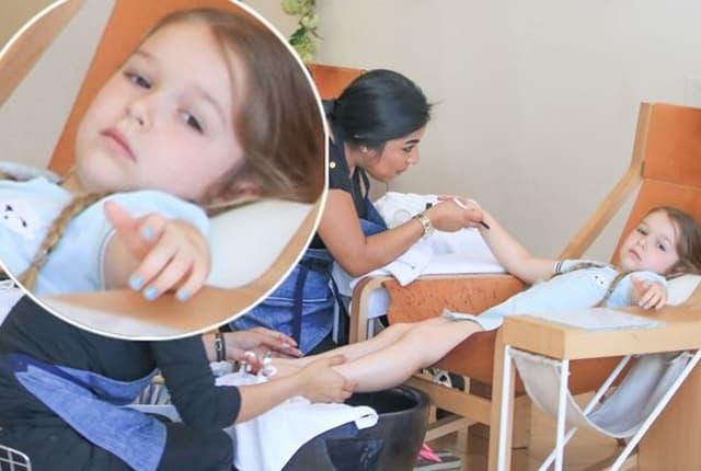 Mala Harper uživa dok joj rade pedikir ( foto: fameflynet )