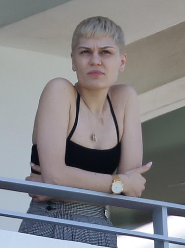 Jessie J uživa na terasi hotela u opuštenom izdanju (foto: PacificCoastNews)