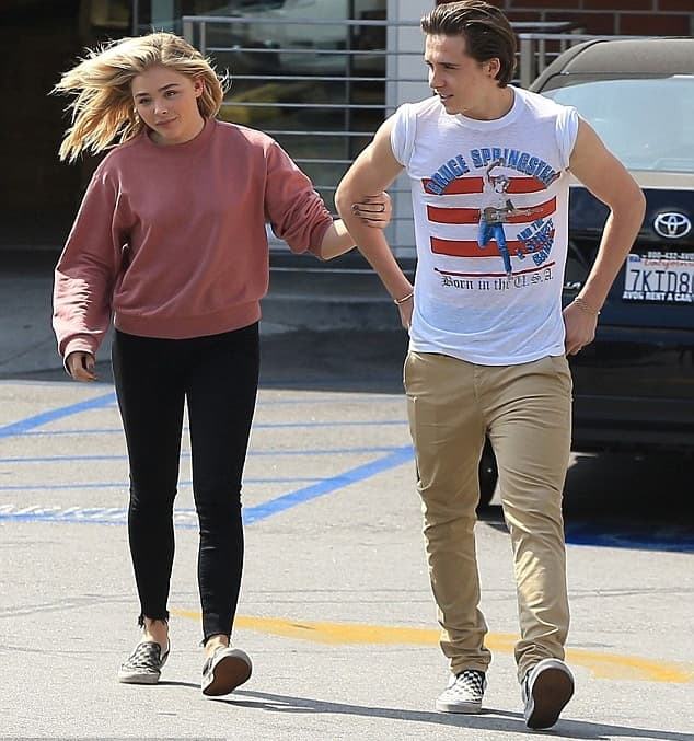 Chloe i njen dečko čak nose i iste patike (foto: FameFlyNet)
