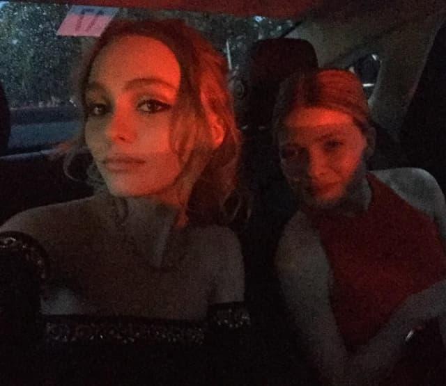 Lily Rose Depp u limuzini (foto: Instagram)