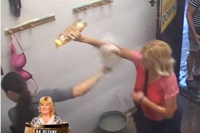 Jelena poliva Cecu šamponom (foto: Screenshot)