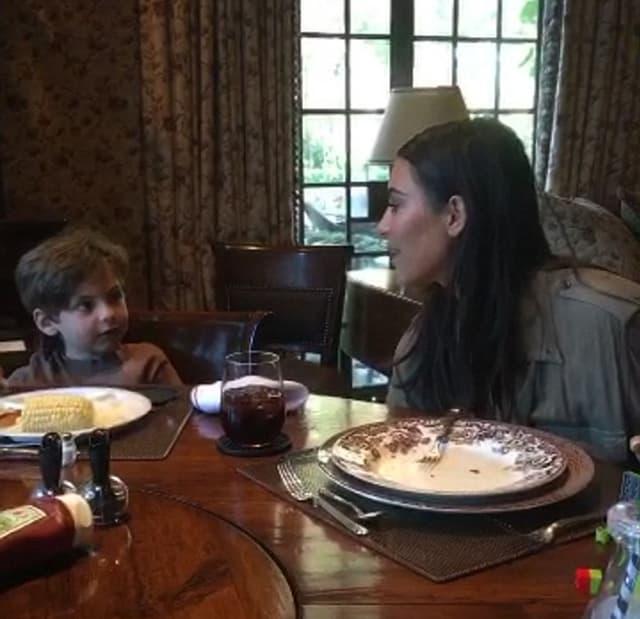 Kim i mali dečak koje je intervjuisao (foto: Snapchat)