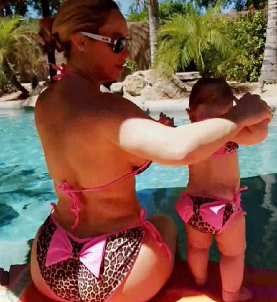 Majka i ćerka uživaju pored bazena (foto: Snapchat)