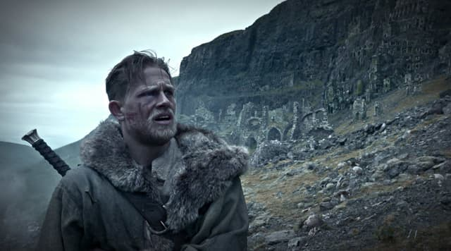 Charlie Hunnam kao Kralj Artur (foto: imdb)