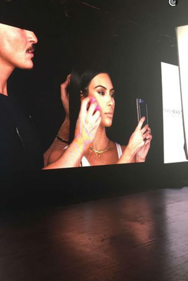kim je strpljivo pozirala.. (foto: Snapchat/kimkardashian)