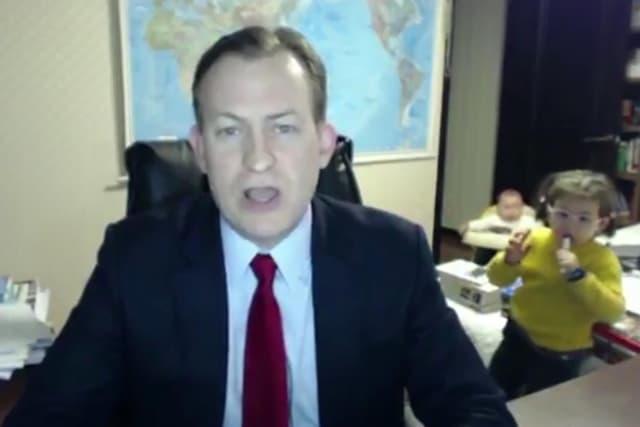 Deca su odlučila da se poigraju sa tatom dok je davao intervju (foto: Screenshot)