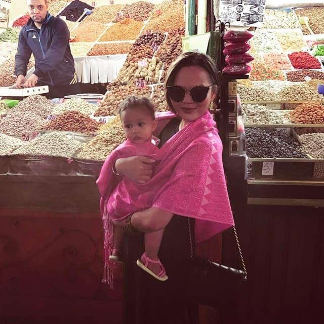 Luna i Chrissy na pijaci u Maroku (foto: Instagram.com/chrissyteigen)