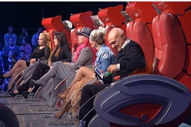 Nova promena u crvenim stolicama (foto: Screenshot)