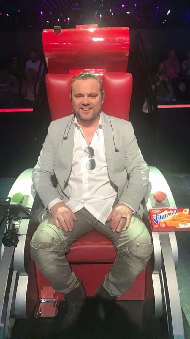 Željko u crvenoj stolici (foto: Pink.rs)